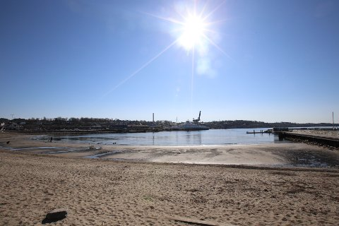 VARMERE ENN I SPANIA: Det har vært varmere i Moss enn Alicante i Spania de siste dagene. Og godværet fortsetter. Bildet er tatt på Sjøbadet i påsken og viser også at det har vært ekstremt lavvann de siste dagene.