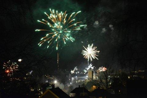 Nyttårsaften 2016, velkommen 2017. Bytårnet. Raketter. Nyttår. Fyrverkeri.