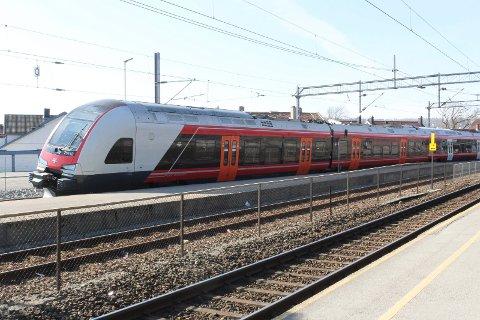 SPORET AV: Lokaltoget fra Oslo til Moss sporet av rett ved Moss stasjon ved 15:10-tiden mandag 2. påskedag. Det fører til store forsinkelser i togtrafikken resten av dagen.