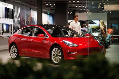 FOR LAVT: Tesla-eiere har hittil sluppet for billig unna når det gjelder forsikringspremien, mener Gjensidige.