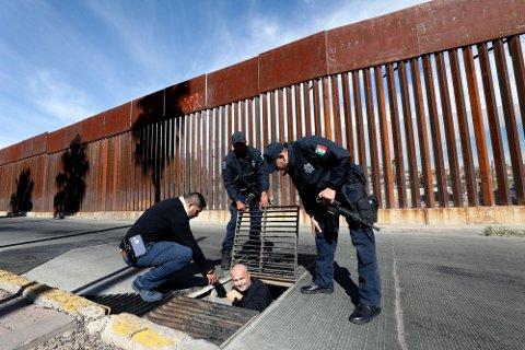 PÅ INNSIDEN: Her er Robert Simsø på vei opp av kloakken i Nogales i Mexico, hvor han sammen med fotograf Thomas Nilsson fikk det lokale politiet til å vise dem kloakksystemet som kartellene har brukt til å smugle både mennesker og narkotika inn i USA.