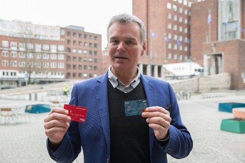 STOR FORSKJELL: Hans Jørgen Elnæs i Winair med et kredittkort fra Bank Norwegian og et debitkort fra Danske Bank.