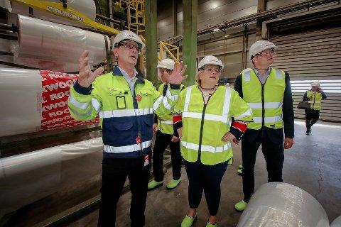 STØRST I VERDEN:  Fabrikksjef Erik Ølstad ved Rockwool Moss fortalte statminister Erna Solberg og Høyres ordfører kandidat i Moss, Harald Fløgstad, om elektrifiseringen av anlegget.