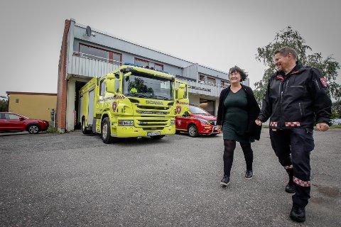 NY STASJON: Den gamle brannstasjonen i Rygge har gått ut på dato og skal rives, til fordel for ny. Det er Rygge-ordfører Inger-Lise Skartlien og brannsjef Rune Larsen storfornøyde med.