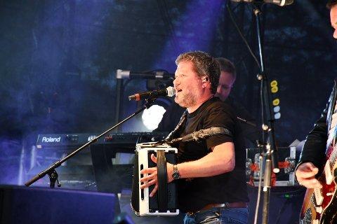 I EKSTASE: Bjarne Brøndbo, frontfigur i DDE, er svært glad over å endelig kunne spille konserter igjen, og ser fram mot konserten i Moss i midten av august. Her avbildet på Carlberg Gaard i Moss i 2019.
