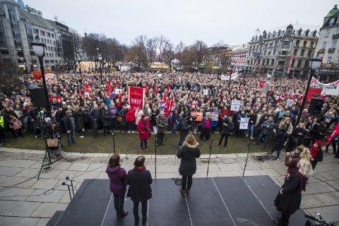 Protest: – Derfor har vi for første gang i historien fått innstramming i abortloven, skriver Hanne Luthen om en av vårens store saker. Luthen skriver også: – Vi er mange som ikke liker at det drives politisk hestehandel knyttet til kvinners rettigheter. Bildet er fra en av protestaksjonene foran Stortinget tidligere i år.