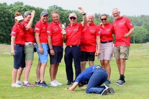 MÅTTE BØYE SEG I STØVET: Kompisklubben «Ruff Fairway Golf Society» tok ordtaket på alvor og bøyde seg bokstavelig talt i støvet for det seirende laget som dette året ble Soon Golfklubb.