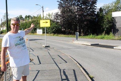 FORVIRRING: – Ved denne overgangen er det kun satt opp et gult skilt med svart pil på. Verken fotgjengere eller bilister skjønner at dette er en fotgjengerovergang, sier Per Arne Svendsen. SVEIP OVER OG SE FLERE BILDER.