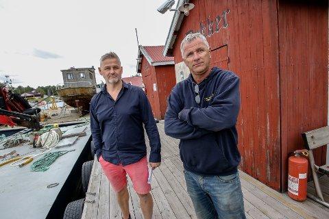 Støtter: Høyres Per Gunnar Brandstorp ( til v.) støtter Ketil Svelland i jobben med å få bygd en hall for sanering av båter. - Dette er et viktig arbeid, sier han.