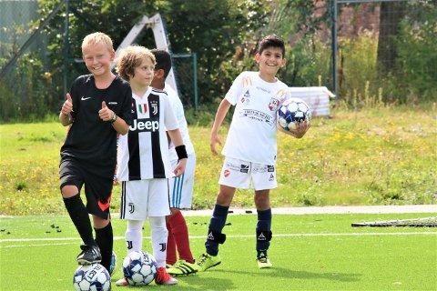 TOMMEL OPP: Det var smil og glede under fotballskolen i Rygge idrettspark lørdag.