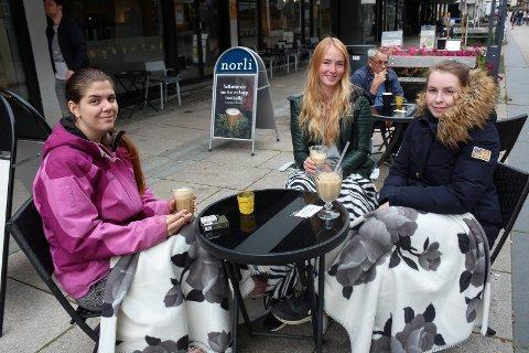 FORNØYDE: Aurora Follerås (23), Lotte Ludvigsen (24) og Malin Johnsen (26) synes Moss sentrum er fint.