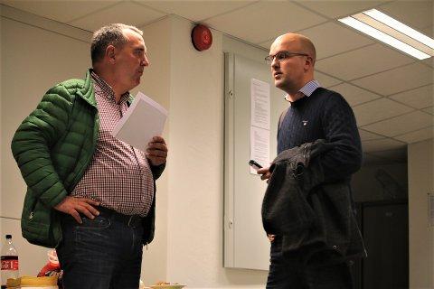 KONTROLL: MFK leder Klaus Hagerupsen Hansen (til høyre) fikk bekreftelse fra Norges Fotballforbund om at klubben nå forholder seg til de økonomiske kravene de har lovet NFF. Her er han i samtale med sportslig leder Rune Jørgensen.