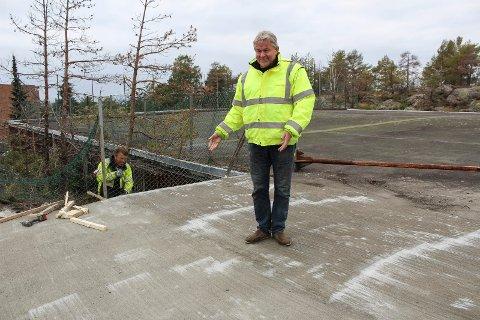 REPARERT: – Nå er hullet tettet. Vi har lagt helt nytt gulv her, sier Rune Eriksen, styreleder i Gjerrebogen borettslag.