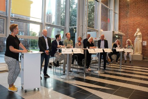 MILJØDEBATT: Merete Kildahl (tidligere reporter i NRK Østfold) var ordstyrer. I panelet: Arild Svenson (Ny kurs), Michael Torp (Frp), Øivind E. Hansen (Rødt), Hanne Tollerud (Ap), Sissel Rundblad (H), Finn Jensen (KrF), Tor Petter Ekroll (Sp), Monica Skeide Glad og Benedicte Lund (MDG).