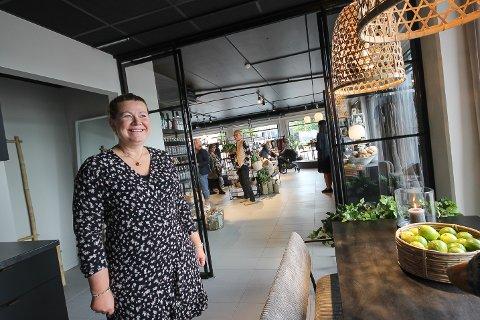 HJEMMEKOSELIG: Cathrine Sundt vil at folk skal føle seg hjemme i butikken, og kundene kan gjerne sitte i butikkens kjøkken og få en kopp kaffe.