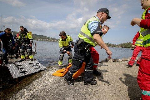 ØVELSE: Her dras en person (dukke) i land under en redningsøvelsen ved Kulpe . Faktisk har ingen omkommet av drukning i Østfold i sommermånedene i år.