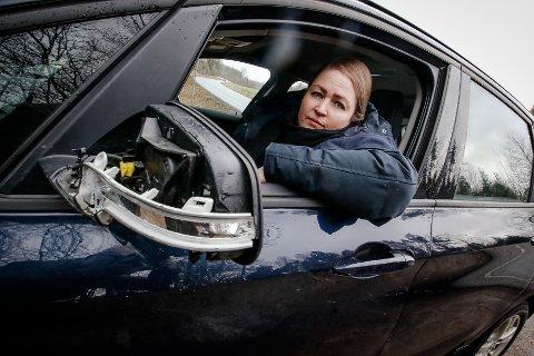 FARLIG OPPLEVELSE: Monica Louise Pettersson opplevde alle sjåførers skrekk, da hun påkjørt på Larkollveien. Hun slapp fra hendelsen med materielle skader, men det kunne gått mye verre. Den andre trafikanten stakk av fra stedet etter å ha truffet bilen hennes. Det skjedde et lite stykke bak svingen man ser utenfor vinduet på bilen.
