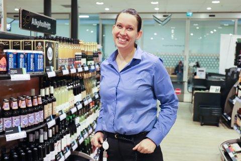 På Amfi Moss økte salget i nesten hele sortimentet i fjor. Anette Reite, butikksjef på Vinmonopolet på Amfi Moss, tror det kan kobles til at de ansatte kan faget sitt.
