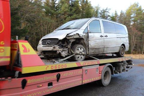 Føreren av bilen opplyste til politiet at det skal ha vært en elg som forårsaket utforkjørselen.