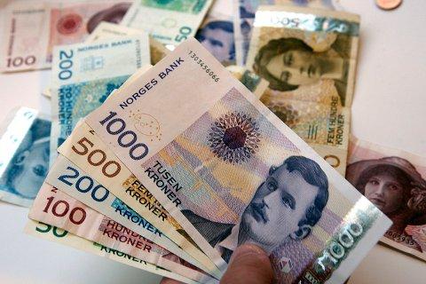 En 25 år gammel mann fra Danmark ble i fjor høst stanset med over 1.200 pengesedler på vei ut av Norge via Svinesund. Nå er han dømt til fengsel for grovt heleri, samt at summen på nesten en halv million kroner er inndratt.