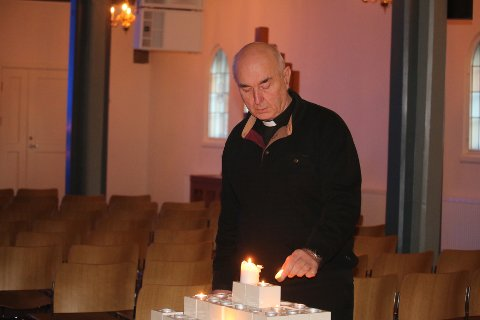 Sammen med flere mossinger så sokneprest, Anders Sevald Leknes, Ari Behns bisettelse på storskjerm i Moss kirke. SVEIP TIL HØYRE FOR Å SE FLERE BILDER.