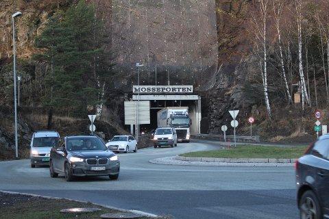 BORTE: Kommunevåpenet med mossekråka over Mosseporten-tunnelen er fjernet.