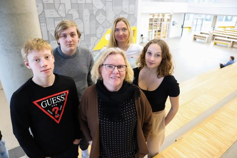Henrik Ryen (15), Jens Folke Jøhnsson (15), rådgiver Ingunn Sandem Bro, Gabriela Zymanciute (15) og Mina Lunde (15) er er spent i forkant av inntaket til videregående skole.