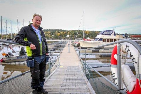 SON GJESTEHAVN: Båthavna ønsker ikke drop-in besøk i påsken, men båtfolket kan reservere plass på forhånd. Her er havnesjef Roger Finstad ved en tidligere anledning.