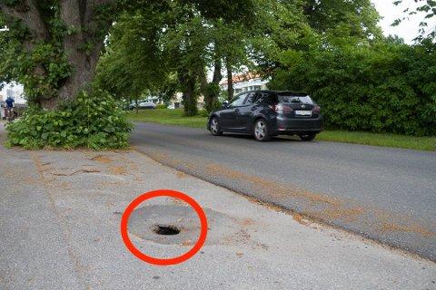 VARSLE: Oppdager du for eksempel et synkehull i veien, kan du nå varsle kommunen med en ny tjeneste. Bildet er fra en tidligere hendelse.