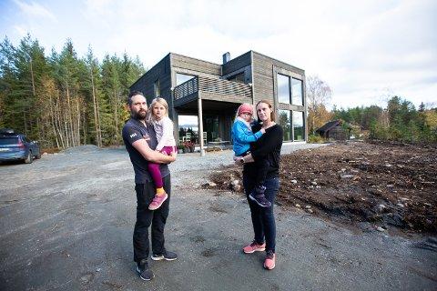 KUN LAGER: – Det nye huset vårt fungerer foreløpig som et lager, fortviler familien Hoel-Spjudvik, bestående av mamma Anne-Lene, pappa Roar og barna Alicia (5) og Olivia (7).