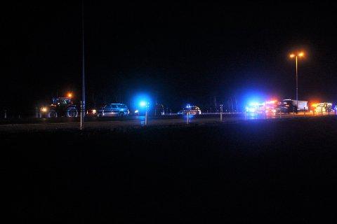 KOLLISJON: E6 ble stengt etter at en traktor og en lastebil kolliderte mandag kveld.