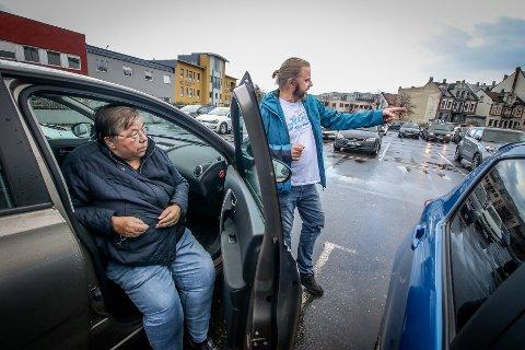 VANT FRAM: Gerd Opland (73) vant klagesaken og får nå fornyet handicap-parkeringsbeviset sitt likevel. Hun har fått god hjelp av sønnen til å skrive klagen og skaffe dokumentasjon.