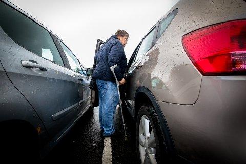 FOR TRANGT: Gerd Opland (73) er dårlig til bens og kommer ikke inn i bilen på vanlige p-plasser fordi det blir for trangt.