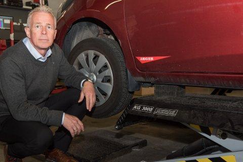 KAN MISTE DEKK: Arne Voll i forsikringsselskapet Gjensidige minner om at ettertramming av hjulboltene er viktig når man har skiftet til vinterdekk - ellers da det i verste fall gå ille.
