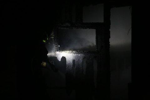 TOTALSKADD: En hytte i Vestby er totalskadd etter å ha blitt satt fyr på sent søndag kveld.