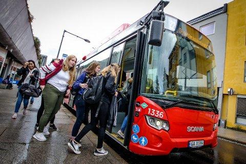 ÅPNER: Fredag åpner bussene framdøren for passasjerene. – Det blir ingen påstigning gjennom bakre dør, sier Børre Johnsen, direktør i Østfold kollektivtrafikk. Bildet er tatt før koronaviruset gjorde sitt inntog.