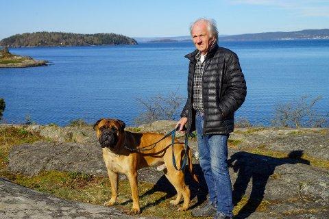 Per Thrane eier hunden Sambo (3) og håper eieren av de to hundene som bet Sambo han melde seg.