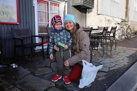 Anne Skien og sønnen Henry har vært i butikken og kjøpt is.