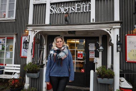 Janne Carlsen har drevet nærbutikken i Hølen i åtte år. – Jeg ville aldri ha byttet de åtte årene med noen, sier hun.