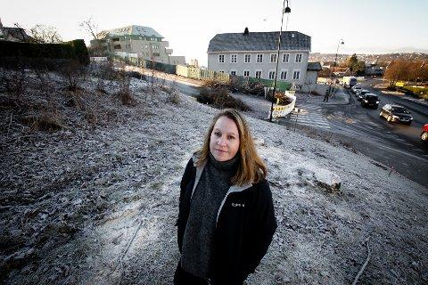 HOVEDBYGNING PÅ FLYTTEFOT: Kommunikasjonsansvarlig   Nina Kjønigsen i Bane NOR foran Høienhaldgata og  Nyquistgården. Bygningen skal over til den siden av gata som Kjønigsen står på.