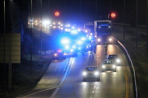 GLATT: Det meldes om svært glatte veier på E6 gjennom Follo og Østfold lørdag kveld. Denne bilen fikk sleng og traff en stolpe rett før avkjøringa til Son i sydgående retning .
