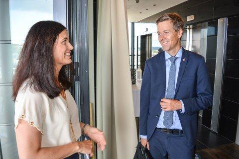 NY GJENNOMGANG: Samferdselsminister Knut Arild Hareide mener det faglige grunnlaget for trasévalg kommer til å stå på en tryggere grunn etter en ny gjennomgang. Her sammen med regiondirektør Nina Solli i NHO Viken og Oslo i august i år.