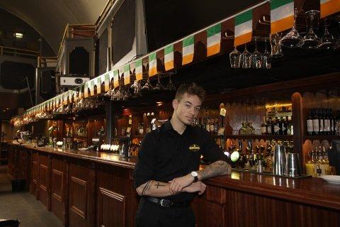 USIKKER SITUASJON: Daglig leder Sander Finnseter ved Old Irish Pub i Moss forteller at de vil følge de nye reglene, men at det vil få økonomiske konsekvenser for dem å stenge kranene ved midnatt.