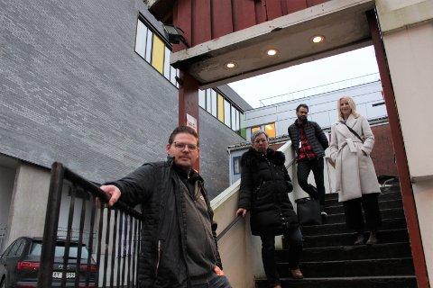 STØTTE: Lars Bye, daglig leder ved Queens pub og leder av serveringsbransjen i Moss, ordfører i Moss Hanne Tollerud (Ap), Shakeel Rehman (Ap) og stortingsrepresentant for Østfold Elise Bjørnebekk-Waagen (Ap) ber om en bransjespesifikk krisepakke.