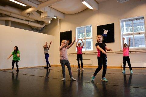 Hannah C. Jacobsen (fra venstre), Emmy P. Elster, Maria Sandberg, Madelen Kirkeeng Kaxrud. Ulrikke Røssummoen og Julia Marie Johansen var med på Rhythms dansekurs i vinterferien for to år siden.