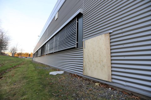INNBRUDDSFORSØK: Gjerningspersonene hadde laget hull på baksiden av bygningen, men kom seg ikke inn i bygget.