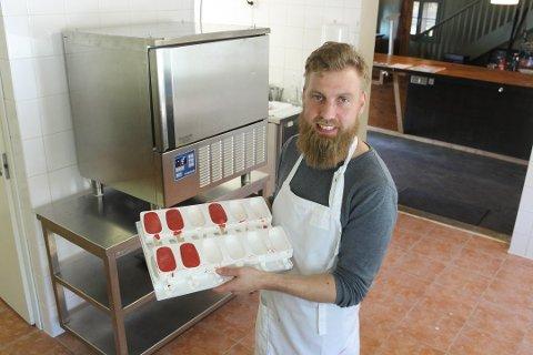 ISFABRIKK: Soons-Is produseres i en liten isfabrikk de to gründerne har etablert på Ekeby gård i Rygge.