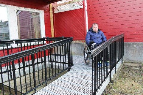 NEDOVERBAKKE: Den siste delen av rullestolrampen er bratt, slik at Sten Helge Hanssen får høy fart på rullestolen. Rampen leder rett ned til en usikret skråing, som han er livredd for å falle ned når han skal ut.
