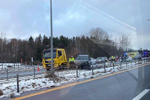 ULYKKE: En bil havnet i autovernet etter en utforkjøring på E6 ved Storebaug søndag ettermiddag.