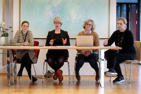 INFORMERTE: Moss kommune holdt pressekonferanse om koronaviruset onsdag formiddag. Fra venstre: Kommunalsjef for kultur, aktivitet og inkludering, Silje Hobbel, enhetsleder kommunikasjon, Therese Evensen, enhetsleder helsehus, Beate Kristiansen, og kommunalsjef for oppvekst og utdanning, Johanna Lervik.
